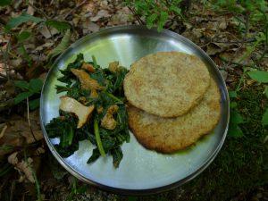 Chanterelles et feuilles de chénopode bon-henri, chapatis